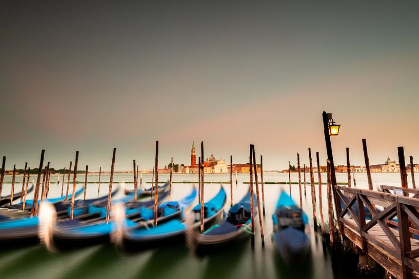 Drijvende gondels in Venetië van Damien Franscoise