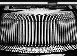 Abstracte foto van het hamermechanisme van een antieke schrijfmachine van het merk Olympia, uit 1936 van