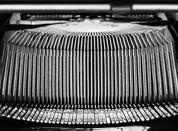 Abstracte foto van het hamermechanisme van een antieke schrijfmachine van het merk Olympia, uit 1936 van Hans Post
