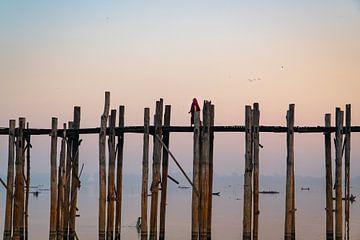 Monnik loopt over houten U-Bein brug bij Mandalay in Myanmar. van Twan Bankers