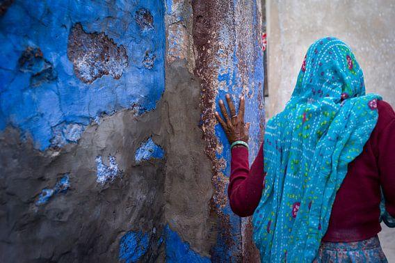 Een oude dame wandelt weg in de straten van de blauwe stad, Jodhpur, in India  Voor elke verkoop, zal 1/3 van de prijs worden gedoneerd aan www.SendMeSomewhere.com, een platform dat NGO's en stichtingen in staat stelt een fotograaf uit te zenden om hunproject vast te leggen. De rest van de winst wordt voor 1/3 gebruikt voor de productiekosten en 1/3 zal worden gebruikt om de fotograaf in staat te stellen te werken voor Send Me Somewhere.