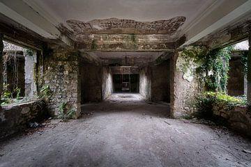Corridor dans une station thermale abandonnée. sur Roman Robroek