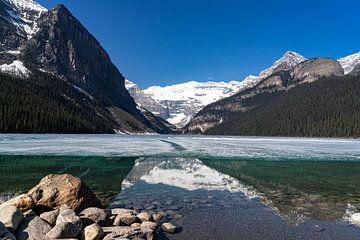 Lake Louise mit Eis von Floris van Woudenberg
