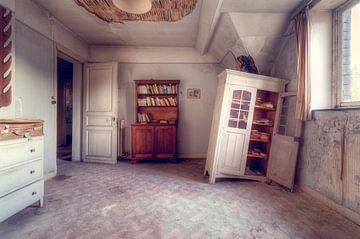 Der Schrank hat aufgegeben – verlassener Wohnraum von Roman Robroek
