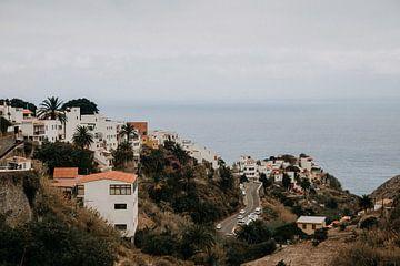 Spanisches Dorf an der Küste von Teneriffa von Yvette Baur