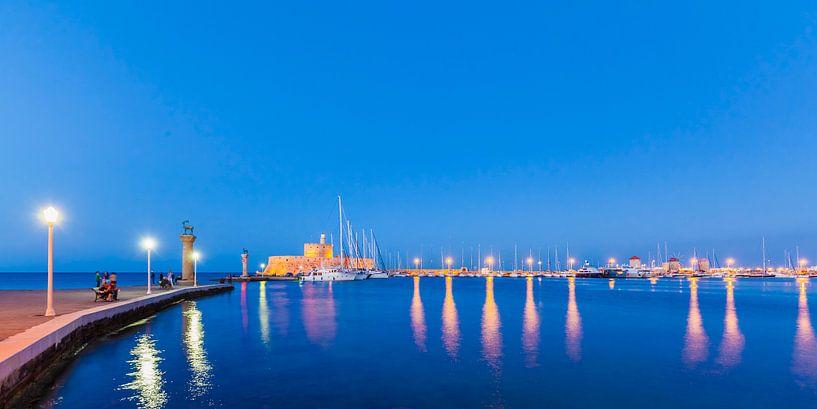 De haven van Mandraki op het eiland Rhodos in Griekenland van Werner Dieterich