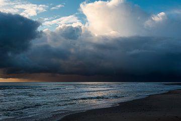 Enorme winterse bui op de Noordzee weg naar Zeeland Nederland van Rik Pijnenburg
