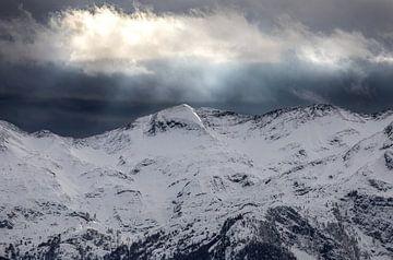 dramatisches Licht über schneebedeckten Gipfeln, Slowenien von Olha Rohulya