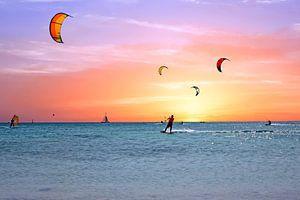 Watersport op Aruba in de Caribbean bij zonsondergang