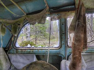 Autowrak in Zweeds bos V van