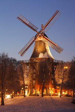 Herdentorswallmühle in den Wallanlagen mit Schnee  bei Abenddämmerung, Bremen, Deutschland, Europa