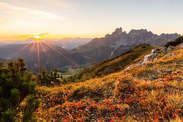 "Berglandschaft ""Herbstlicher Sonnenuntergang in den Bergen"" von Coen Weesjes"