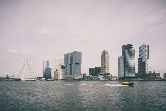 Skyline Rotterdam met watertaxi