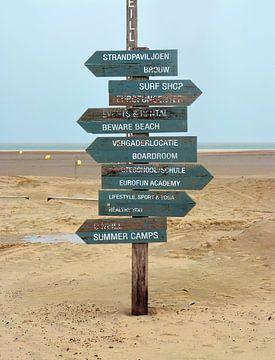 Beach Signs (Strandleven met bordjes) van Caroline Lichthart