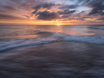 Wunderschöner Sonnenuntergang am Strand der Maasvlakte. von Jos Pannekoek