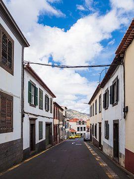 Gebäude und Straße in Funchal auf der Insel Madeira von Rico Ködder