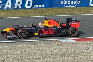 Max verstappen in de Redbul formule 1 auto uit  2011 (RB7) van Maurice de vries