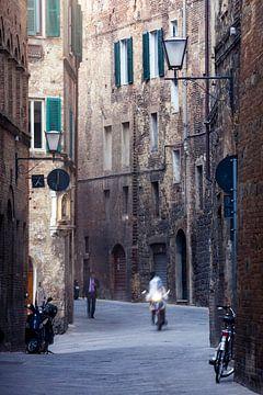 Motorradfahrer in Siena von Rob van Esch