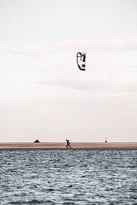Der einsame Kitesurfer in Kijkduin am Strand von Leanne Remmerswaal