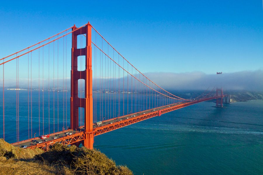Golden Gate Bridge & Fog van Melanie Viola