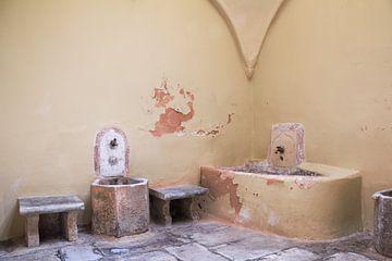 Detail van oud badhuis in zachte pastelkleur van Yke de Vos