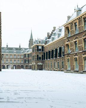 Ein leerer Binnenhof im Winter von OCEANVOLTA