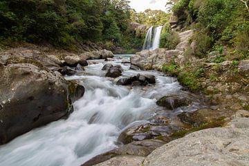 Stromend water vanuit een waterval in Nieuw-Zeeland van Marco Leeggangers
