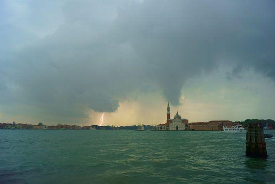 Bliksem in Venetië van Michel van Kooten