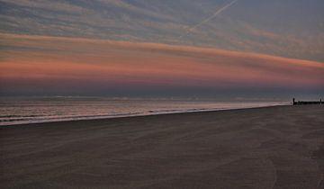 Crépuscule tombe sur la plage de Zoutelande sur