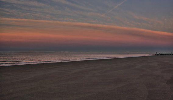 Schemering valt in op het strand van Zoutelande
