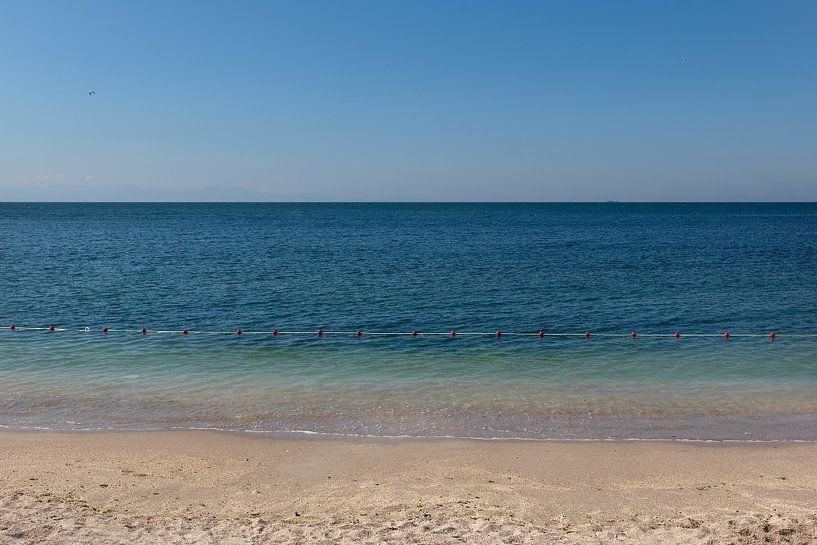 Abstracte foto van een blauwe zee en strand in Istanbul, Turkije. van Eyesmile Photography