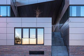 Modernes Gebäude in der Hansestadt Rostock am Morgen von Rico Ködder