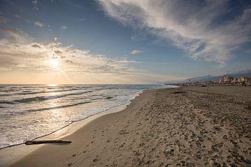 Sonnenuntergang am erloschenen Strand bei Viareggio in Italien von Joost Adriaanse
