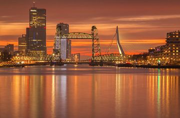 Oranje zonsondergang in Rotterdam van Ilya Korzelius