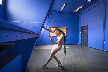 Vrouwelijk artistiek naakt in de blauwe kamer von Ger Beekes