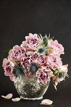 Pink roses in a vase sur Lorena Cirstea