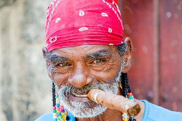 Cubaan met cubaan in Havana - Cuba van Jack Koning