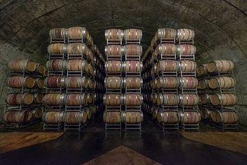 Gestapelde houten wijnvaten van