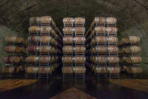 Gestapelde houten wijnvaten