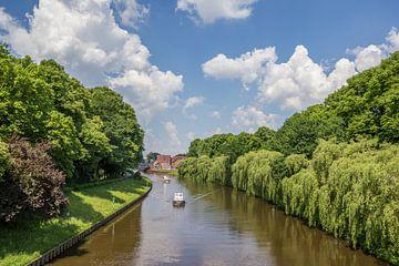 Bootje in de rivier de Ems in Meppen van Marc Venema