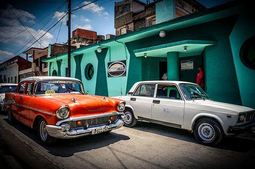 Oranje Oldtimer in Bayamo (Cuba) van Joris Pannemans - Loris Photography