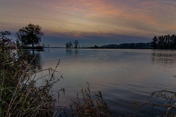 zonsopkomst aan de rivier oever