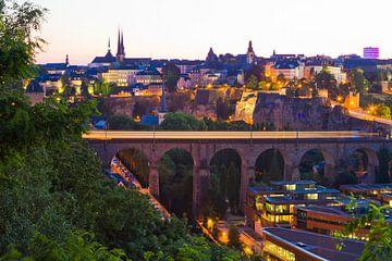 Stad Luxemburg bij nacht van Werner Dieterich