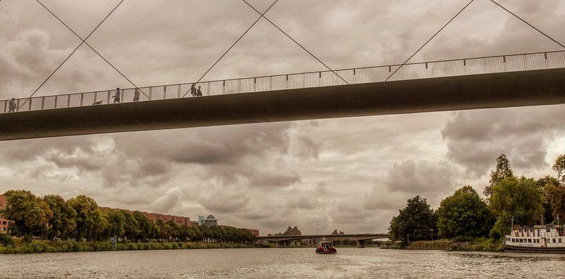 Hoge Brug bij Maastricht vanaf het water van John Kreukniet
