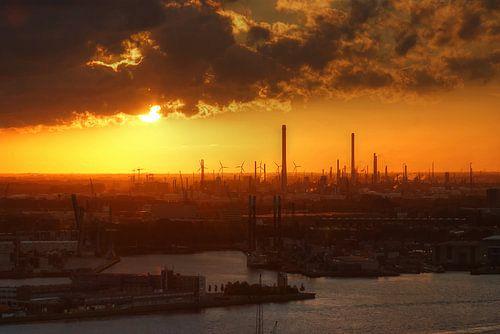 Zonsondergang boven de Rotterdamsche havens van