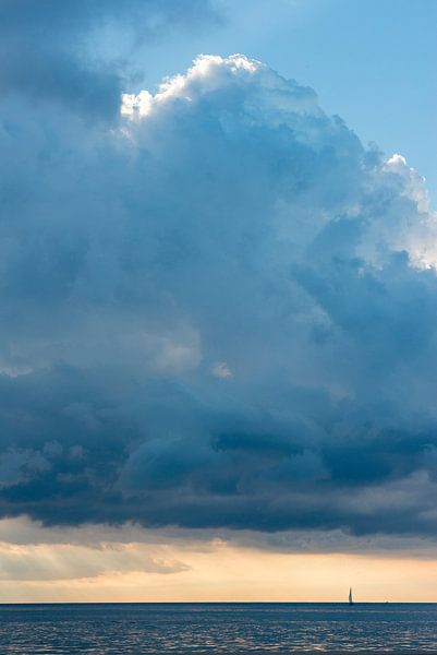 Zeilboot bij een ondergaande zon van Barbara Koppe