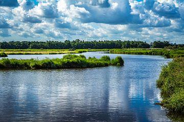 Wasserspiel mit Insel und bedrohliche Wolken von Jaap Mulder