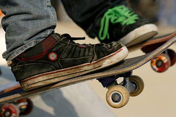 Twee skaters staan klaar om naar beneden te skaten