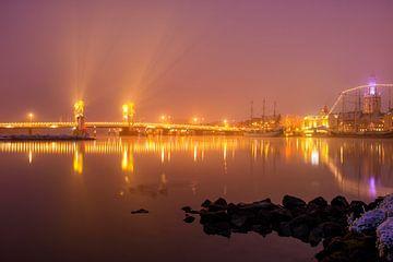 Abend in der Skyline der Stadt Kampen in einer nebligen Winternacht von Sjoerd van der Wal
