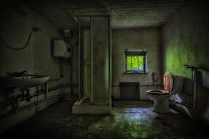 Urbex badkamer in een donkere groene sfeer